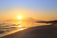 弓ヶ浜海岸のけあらしと朝焼けする大山に朝日 11076031887| 写真素材・ストックフォト・画像・イラスト素材|アマナイメージズ