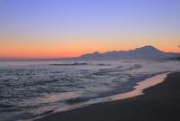 弓ヶ浜海岸のけあらしと朝焼けする大山