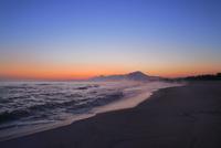 弓ヶ浜海岸のけあらしと朝焼けする大山 11076031936| 写真素材・ストックフォト・画像・イラスト素材|アマナイメージズ