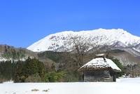 雪の大山と茅葺き小屋ある田園風景 11076031951| 写真素材・ストックフォト・画像・イラスト素材|アマナイメージズ