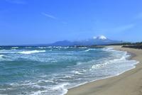 荒れる弓ヶ浜海岸より望む冬の大山