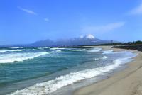 荒れる弓ヶ浜海岸より望む冬の大山 11076031958| 写真素材・ストックフォト・画像・イラスト素材|アマナイメージズ