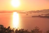 筆影山より望む朝焼けの因島大橋と瀬戸内海に朝日