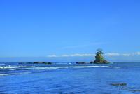雨晴海岸より望む女岩と立山連峰に富山湾