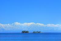 富山湾に浮かぶ虻ヶ島と立山連峰