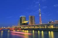 スカイツリーのライトアップと隅田川の夕景に光跡