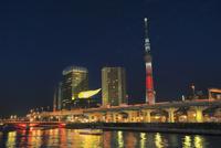 スカイツリーのライトアップと隅田川の夜景に屋形船