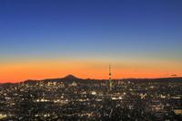スカイツリーライトアップと都心のビル群に富士山夕焼け