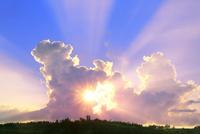 入道雲と夕日に光芒