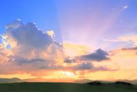 入道雲と光芒の夕焼け