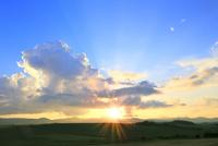 入道雲と夕日に光芒 11076032204| 写真素材・ストックフォト・画像・イラスト素材|アマナイメージズ