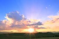 入道雲と夕日に光芒 11076032206| 写真素材・ストックフォト・画像・イラスト素材|アマナイメージズ