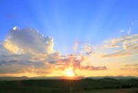 入道雲と夕日に光芒 11076032210| 写真素材・ストックフォト・画像・イラスト素材|アマナイメージズ