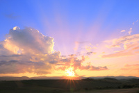 入道雲と夕日に光芒 11076032211| 写真素材・ストックフォト・画像・イラスト素材|アマナイメージズ