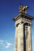 Low angle view of golden statue on pillar 11077003629| 写真素材・ストックフォト・画像・イラスト素材|アマナイメージズ