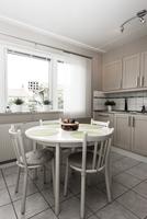 White kitchen with dining table 11077004039| 写真素材・ストックフォト・画像・イラスト素材|アマナイメージズ