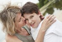 Mother with son on beach 11077007854| 写真素材・ストックフォト・画像・イラスト素材|アマナイメージズ