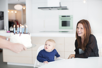 Parents celebrating with son his first birthday 11077008156| 写真素材・ストックフォト・画像・イラスト素材|アマナイメージズ