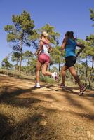 Two women running 11077008290| 写真素材・ストックフォト・画像・イラスト素材|アマナイメージズ