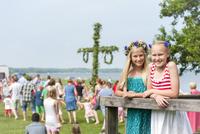 Girls posing with maypole in background 11077009750| 写真素材・ストックフォト・画像・イラスト素材|アマナイメージズ