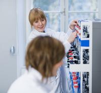 Technicians in laboratory 11077013559| 写真素材・ストックフォト・画像・イラスト素材|アマナイメージズ