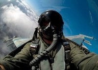 A pilot in the cockpit of an F-16 Fighting Falcon. 11079013495| 写真素材・ストックフォト・画像・イラスト素材|アマナイメージズ