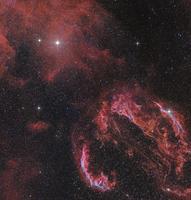 The Veil Nebula in the constellation Cygnus glows red. 11079024813| 写真素材・ストックフォト・画像・イラスト素材|アマナイメージズ