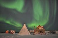 Northern Lights above village, Northwest Territories, Canada. 11079024927| 写真素材・ストックフォト・画像・イラスト素材|アマナイメージズ