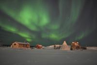 Northern Lights above village, Northwest Territories, Canada. 11079024929| 写真素材・ストックフォト・画像・イラスト素材|アマナイメージズ