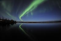 Aurora borealis over Long Lake, Northwest Territories, Canada. 11079024939  写真素材・ストックフォト・画像・イラスト素材 アマナイメージズ