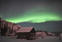 Aurora borealis over a cabin, Northwest Territories, Canada. 11079024943| 写真素材・ストックフォト・画像・イラスト素材|アマナイメージズ
