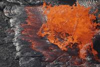 Lava bursting at edge of active lava lake, Erta Ale volcano, Danakil Depression, Ethiopia. 11079025109| 写真素材・ストックフォト・画像・イラスト素材|アマナイメージズ