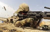 U.S. Air Force soldier fires the Mk48 super SAW machine gun. 11079025831| 写真素材・ストックフォト・画像・イラスト素材|アマナイメージズ
