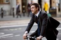 A businessman commuting to work 11080002303| 写真素材・ストックフォト・画像・イラスト素材|アマナイメージズ
