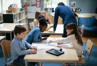 Teacher explaining children sitting in classroom at school 11081011468| 写真素材・ストックフォト・画像・イラスト素材|アマナイメージズ