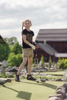 Happy girl playing golf on sunny day 11081012022| 写真素材・ストックフォト・画像・イラスト素材|アマナイメージズ