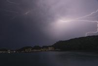 Scenic view of lake against lightning at night 11081012049| 写真素材・ストックフォト・画像・イラスト素材|アマナイメージズ