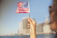 Woman with novelty nails waving American flag 11086001898| 写真素材・ストックフォト・画像・イラスト素材|アマナイメージズ