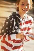 Woman wearing American flag sweatshirt 11086001910| 写真素材・ストックフォト・画像・イラスト素材|アマナイメージズ