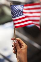 Woman with novelty nails waving American flag 11086001921| 写真素材・ストックフォト・画像・イラスト素材|アマナイメージズ