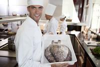 Chef carrying tub of fresh fish in restaurant kitchen 11086002254| 写真素材・ストックフォト・画像・イラスト素材|アマナイメージズ
