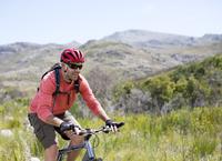 mountain biker in rural landscape 11086004253| 写真素材・ストックフォト・画像・イラスト素材|アマナイメージズ