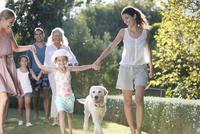 Family walking together in park 11086005458| 写真素材・ストックフォト・画像・イラスト素材|アマナイメージズ