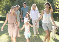 Family walking together in backyard 11086005479| 写真素材・ストックフォト・画像・イラスト素材|アマナイメージズ