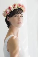 Portrait of serious bride wearing rose wreath on head 11086005796| 写真素材・ストックフォト・画像・イラスト素材|アマナイメージズ