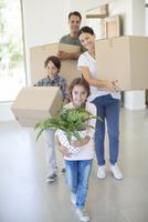 Family moving into new house 11086006925| 写真素材・ストックフォト・画像・イラスト素材|アマナイメージズ