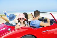 Family driving in convertible at beach 11086007444| 写真素材・ストックフォト・画像・イラスト素材|アマナイメージズ