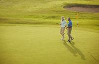 Senior couple walking on golf course 11086008159| 写真素材・ストックフォト・画像・イラスト素材|アマナイメージズ
