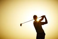 Silhouette of man swinging golf club 11086008187| 写真素材・ストックフォト・画像・イラスト素材|アマナイメージズ