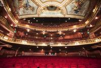 Balcony, seats and ornate ceiling in theater auditorium 11086008240| 写真素材・ストックフォト・画像・イラスト素材|アマナイメージズ